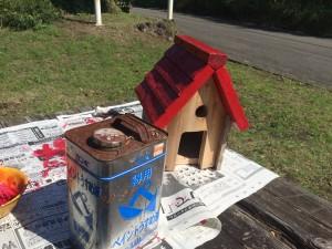 当院庭に設置の巣箱の色塗り