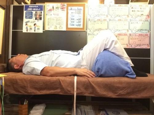腰痛で寝るときは膝立ちで